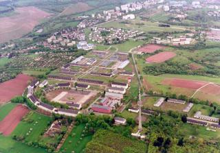 Kaserne Petrisberg mit Fernsehturm und Universität im Hintergrund